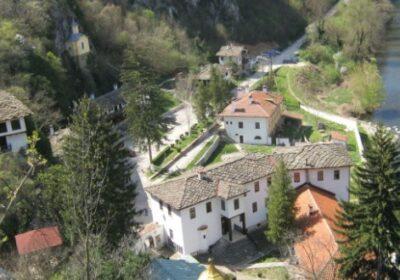 Манастир лекува рак, спасява от пороци. Бедни забогатяват.